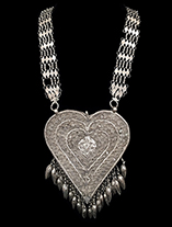 SilverHeartShapedNecklace.th